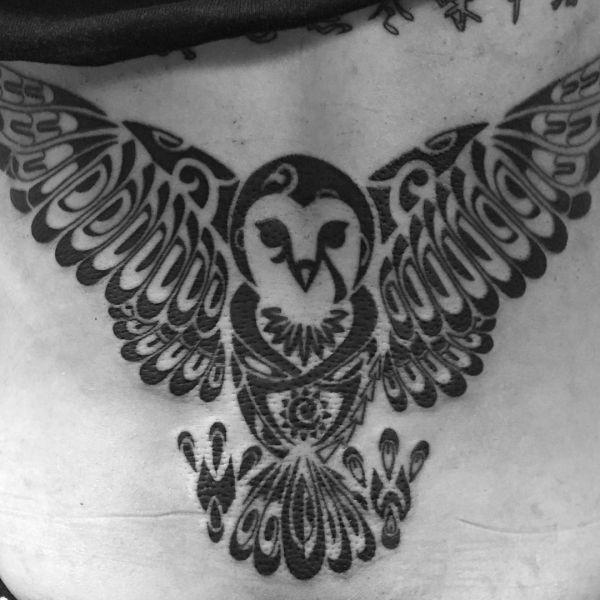 Tribal Eule Tattoo am Rücken