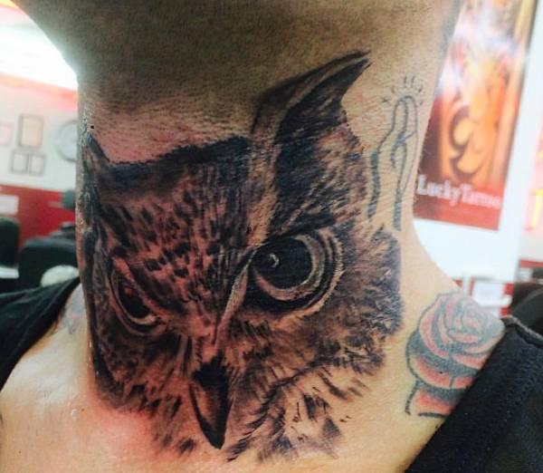 Eulen Tattoo auf eine Person um den Hals