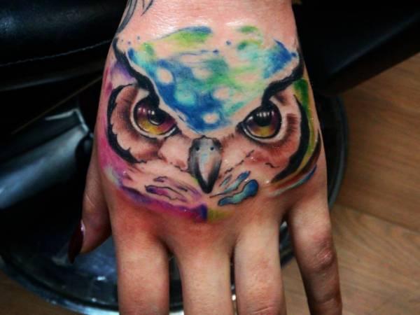 Bunte Eulen Tattoo auf Hand Aquarell