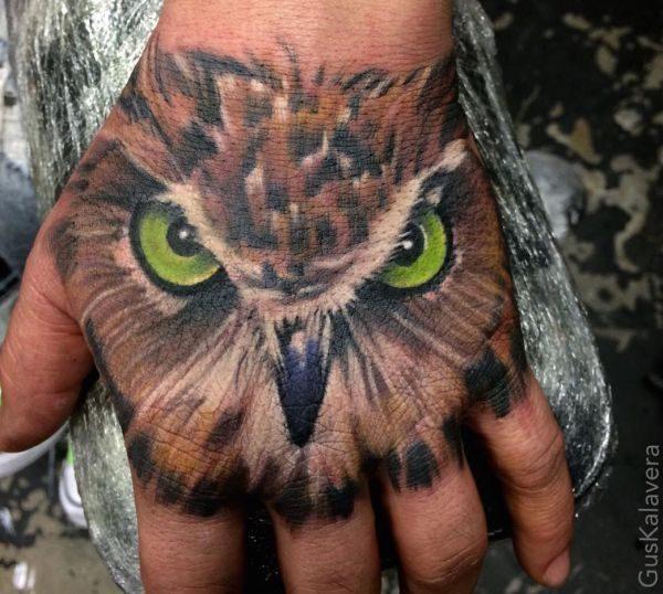 Eulen Tattoo auf Hand