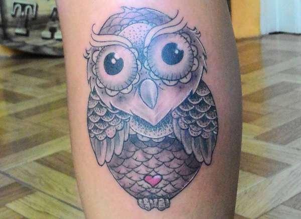 Eule Tattoo mit Herz am Unterschenkel