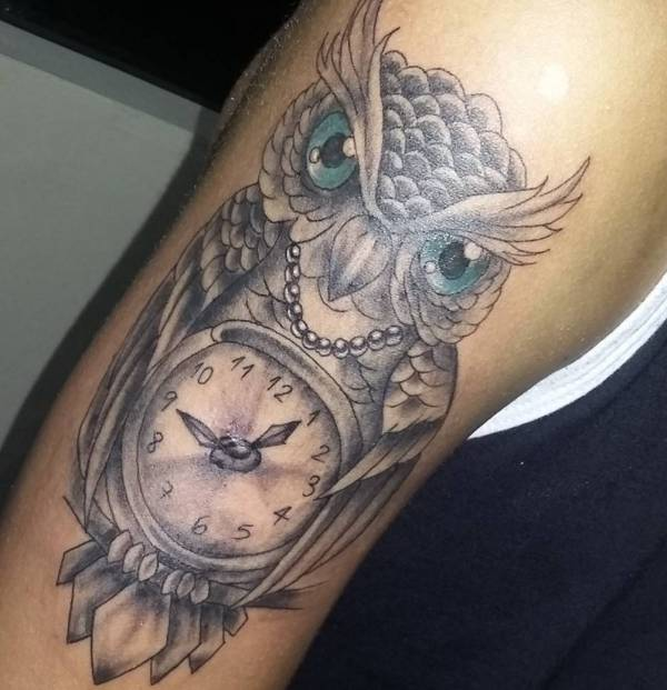 Eule Tattoo mit Uhr am Oberarm