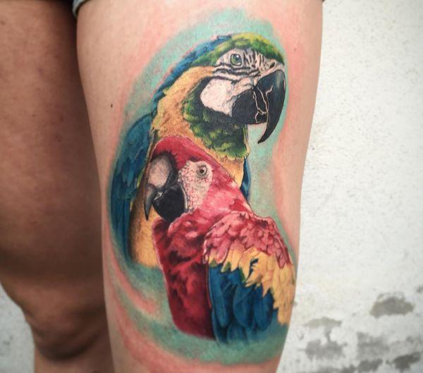 Zwei Papagei Tattoo am Oberschenkel