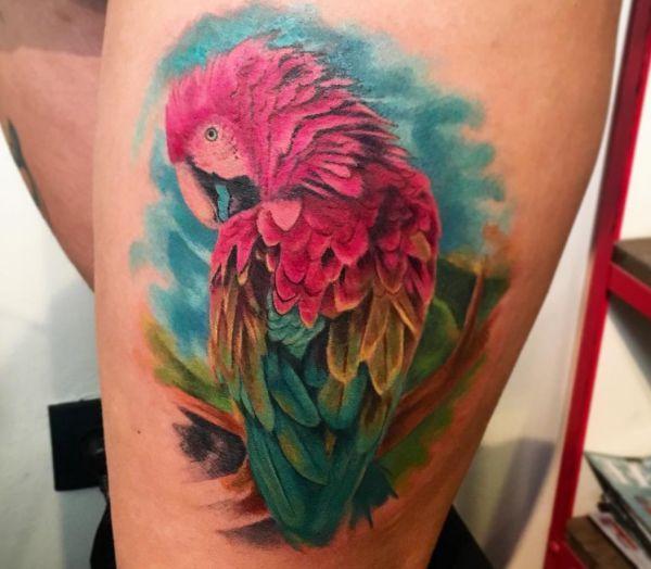 Bunte Papagei Tattoo am Oberschenkel