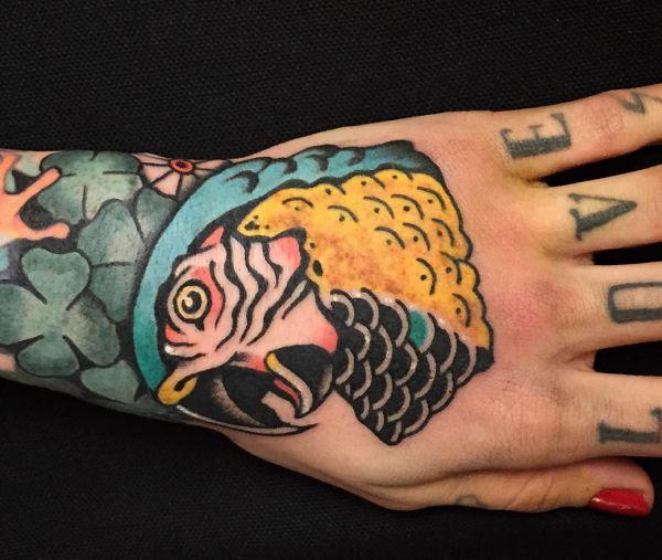 Papagei Tattoo auf Hand für Frau