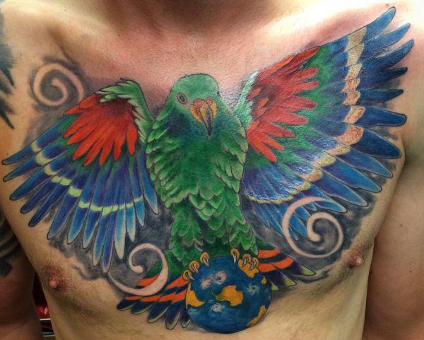 Papagei Tattoo auf der Brust der Männer