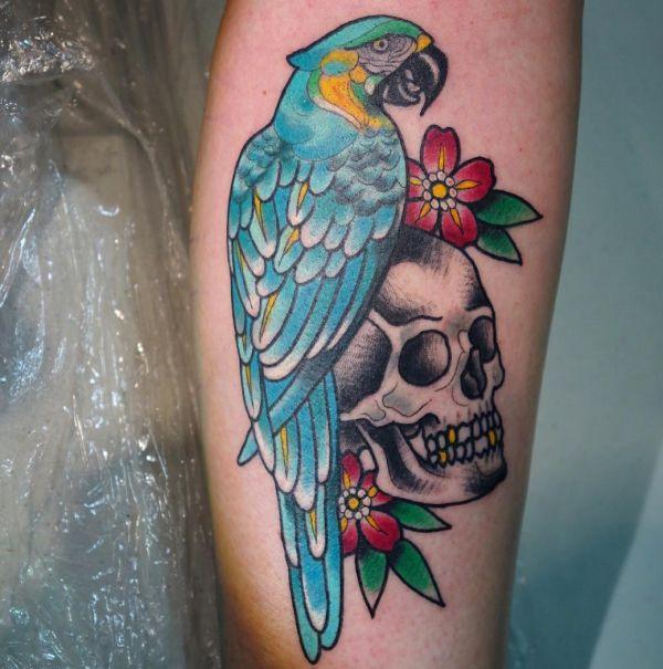 Papagei Tattoo mit Totenkopf auf der Bein