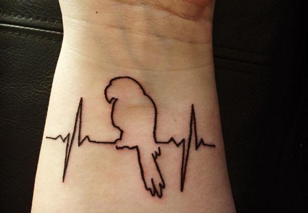 Kleine Papagei Tattoo mit EKG am Handgelenk
