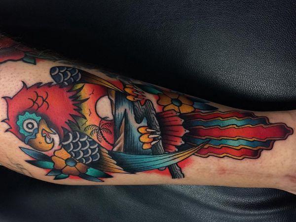 Papagei Tattoo am Unterschenkel