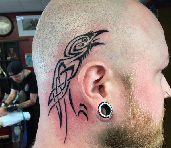 Tribal Rabe Tattoo auf Kopf