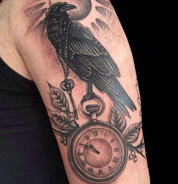 Rabe Tattoo mit Uhr auf dem Arm Männer