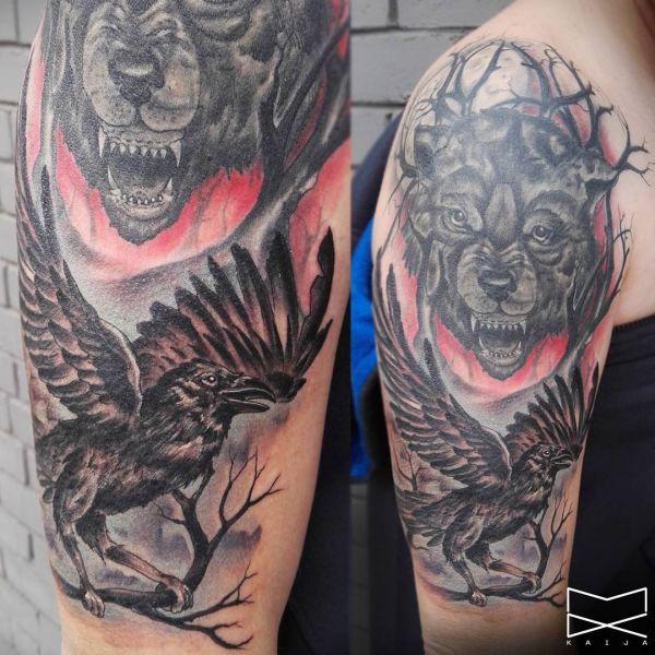 Wolf und Rabe Tattoo am Oberarm