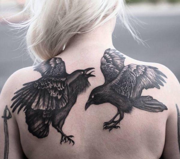 Die Zwei Raben Tattoo am Rücken für Frau