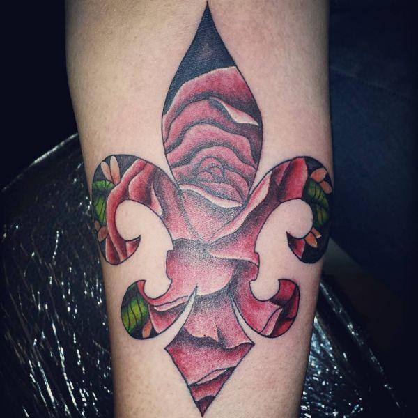 Abstrakt Fleur-de-lis mit Rose Design am Unterarm