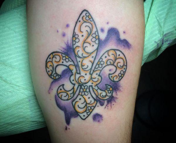 Wasserfarben Fleur-de-lis Tattoo Design auf dem Arm