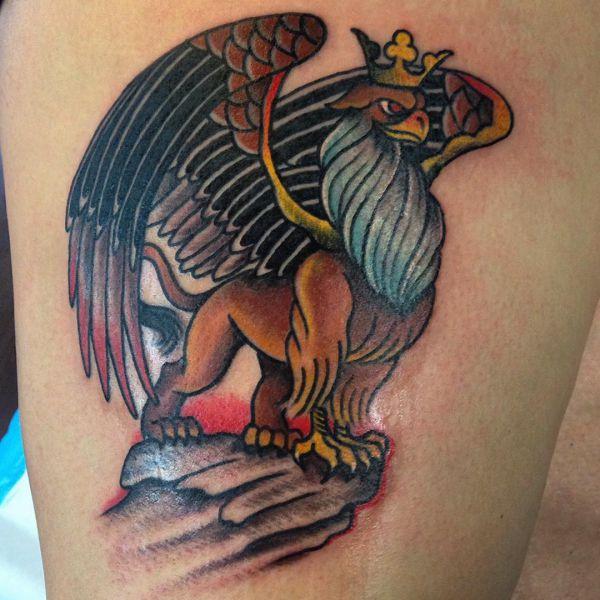 Greif mit Krone Tattoo Design auf der Bein
