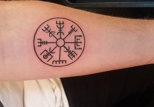 Schön Keltischer Kompass am Unterarm