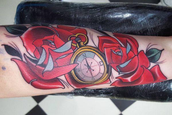 Kompass mit Rosen auf Arm