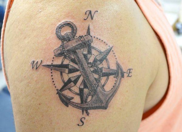 Nautischer Kompass mit Anker am Oberarm