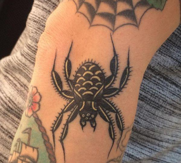 Spinne Design am Unterarm