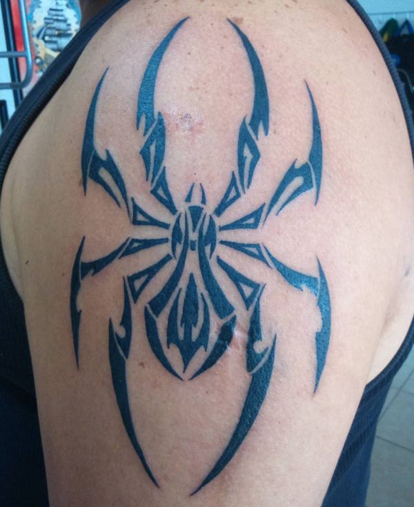 Tribal Spinne Tattoo am Oberarm