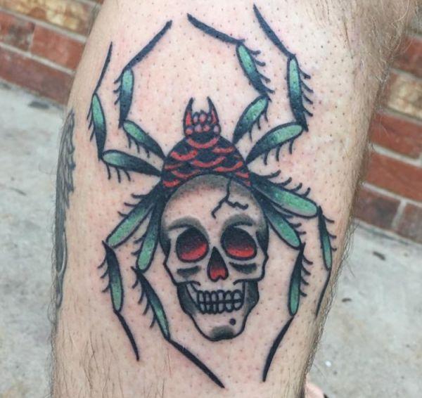 Spinne mit Totenkopf Design auf der Bein
