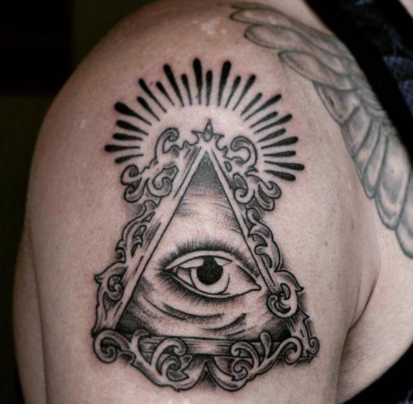 Auge von Providence Tattoo am Oberarm