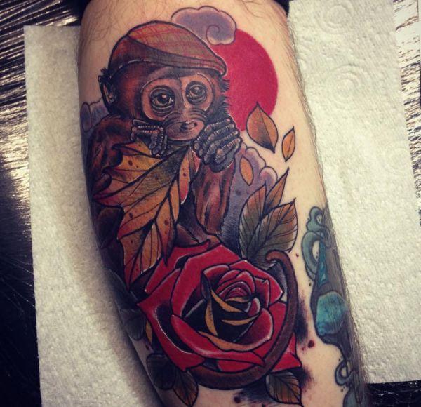 Affe Design mit Rose am Unterschenkel