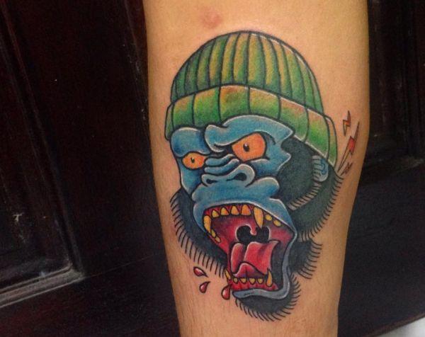 Affe mit Hut Tattoo am Unterarm