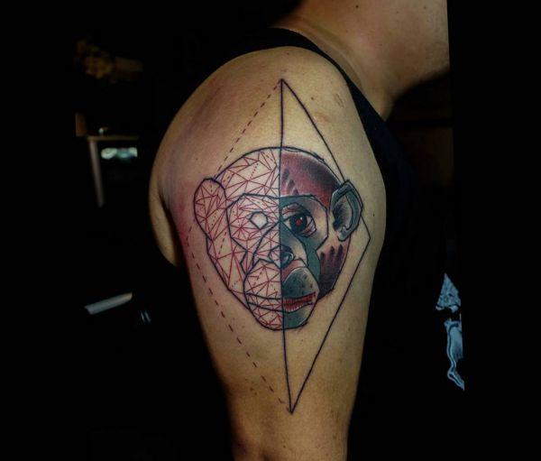 Geometrisch Affenkopf Tattoo Design am Oberarm