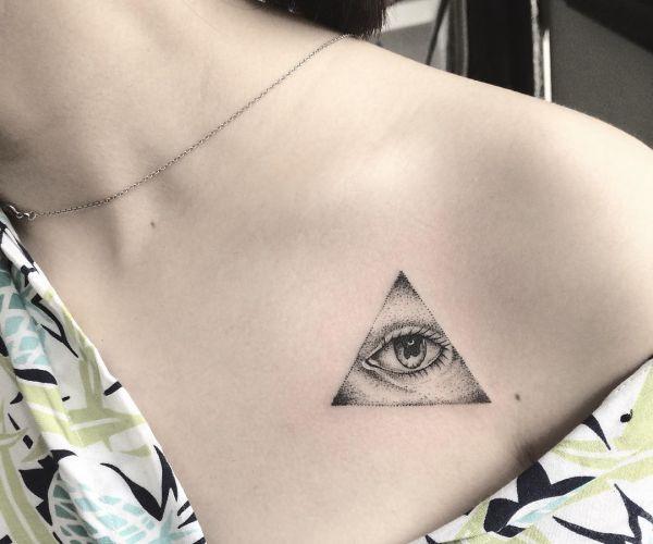 Auge von Providence Tattoo am Brust