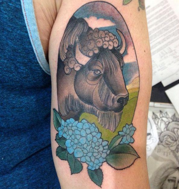 Büffelkopf mit Blumen Design am Oberarm