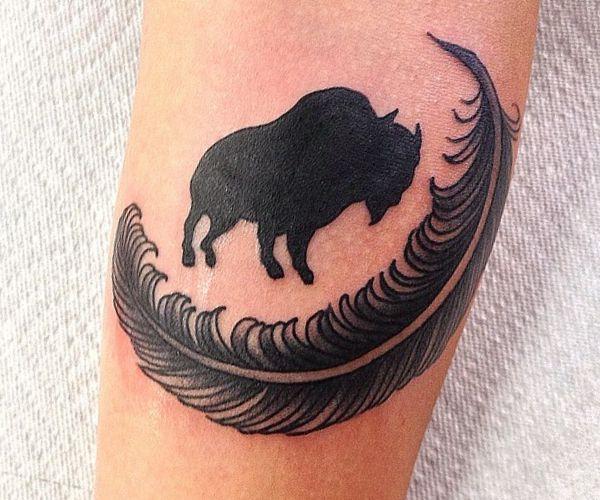 Büffel mit Feder Design am Unterarm Schwarz