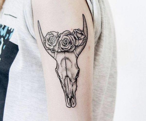 Büffelkopf Schädel mit Blumen Design am Oberarm für Frau