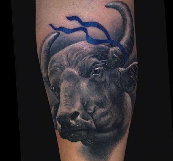 Realistisch Wasserbüffel Tattoo Design auf der Bein