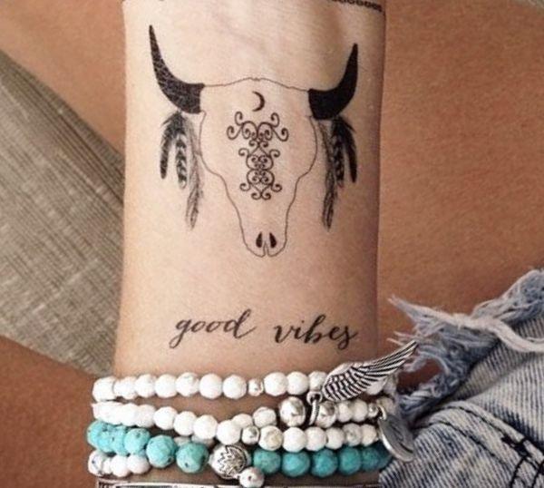 Kleiner Büffelkopf Tattoo Design am Handgelenk
