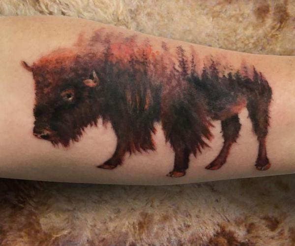 Abstract Büffel mit Wald Design am Unterarm