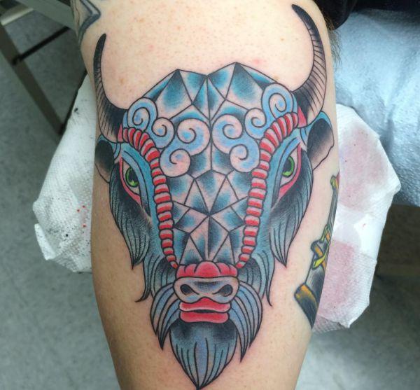 Büffelkopf Design auf der Bein
