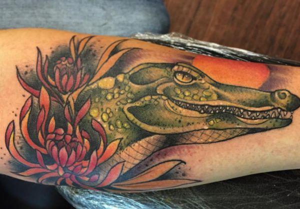 Krokodile mit Blumen Design auf der Bein