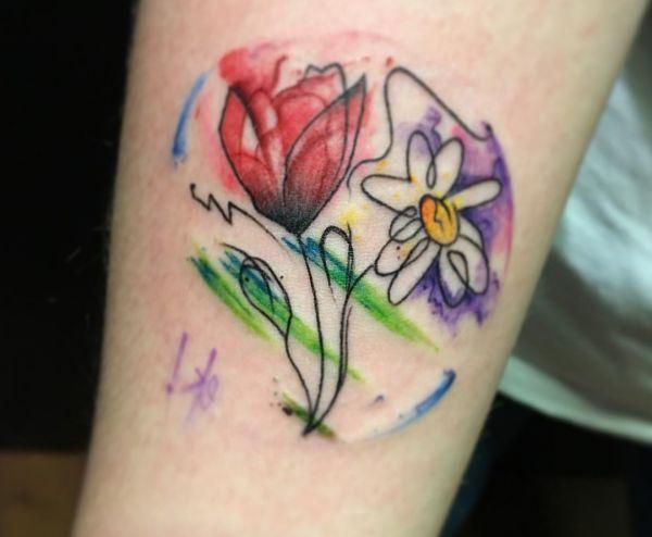 Wasserfarben Gänseblümchen mit Tulpen Tattoo am Unterarm