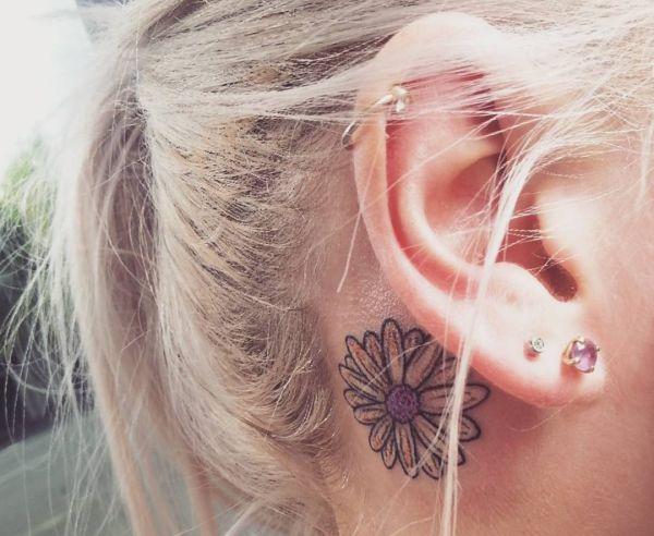 Gänseblümchen Design hinter dem Ohr