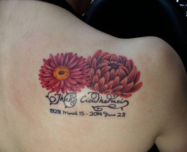 Tattoo Rote Gänseblümchen mit Namen und Datum