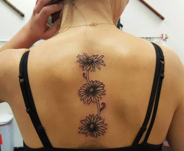 Drei Gänseblümchen Design am Rücken