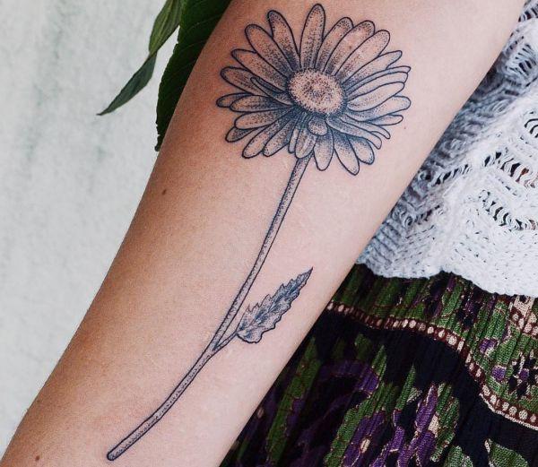 Gänseblümchen Tattoo am Unterarm Dotwork