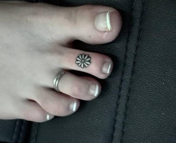 Kleiner Gänseblümchen Tattoo Zeh für Frauen