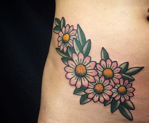 Gänseblümchen Tattoo Design am Bauch