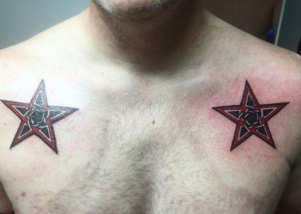 Zwei Keltisch Stern Tattoo am Schlüsselbein