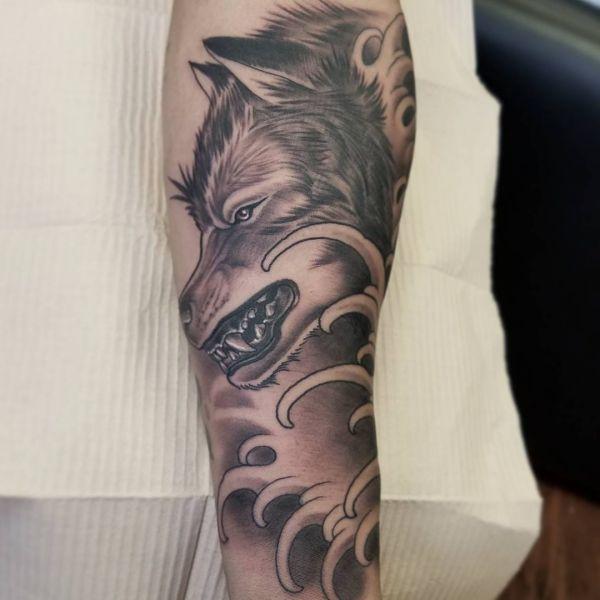 Wolf mit Wellen Design am Unterarm