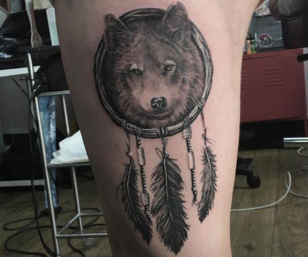 Wolf mit Federn Design am Oberschenkel