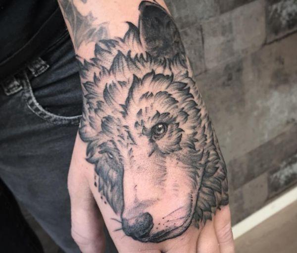 Wolf Design auf Hand